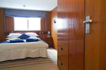 Aussenkabine mit zwei Panoramafenstern auf klassischem Kreuzfahrtschiff