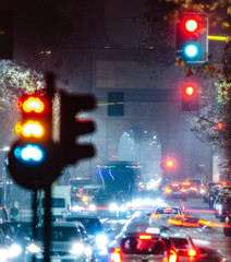 Viale  con semafori e mezzi in transito di notte