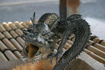 京都の手水舎の龍