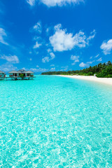 Fond de hotte en verre imprimé Tropical plage tropical Maldives island with white sandy beach and sea