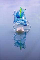 Blaue Tropfen treffen auf gelbe Wassersäule