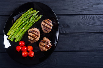 Grilled filet mignon with asparagus and tomatoes