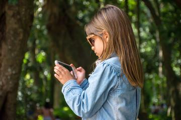 Criança celular floresta fotos