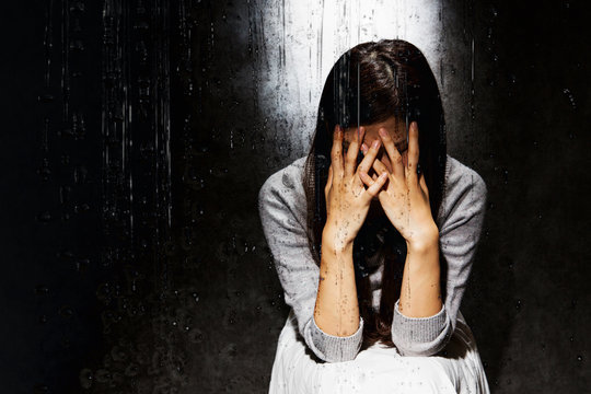 悲しむ女性