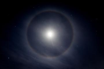 Halo-Mond in der Nacht in der Schweiz