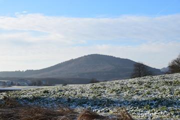 winterliche Eifel mit Vulkankegeln