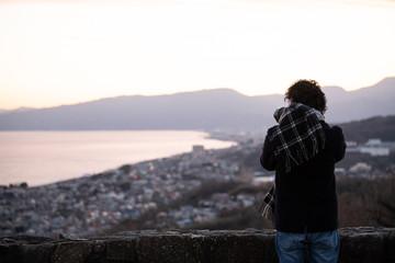 海を撮る男性