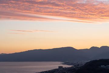 夕暮れ時の海と山