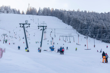 Skilift mit piste im im Hintergrund