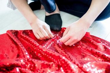 赤いスパンコールの付いたドレス