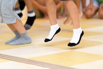 ダンスをする子供の足