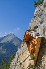 Photo sur Aluminium Népal Kruzifix aus Holz an steiler Felswand