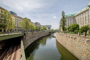 Der Zollamtssteg ist eine Brücke für Fußgänger die den Wienfluss kurz vor seiner Mündung in den Donaukanal überquert und die Bezirke Landstraße und Innere Stadt verbindet.