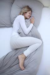 Frau schlafend in ihrem Bett