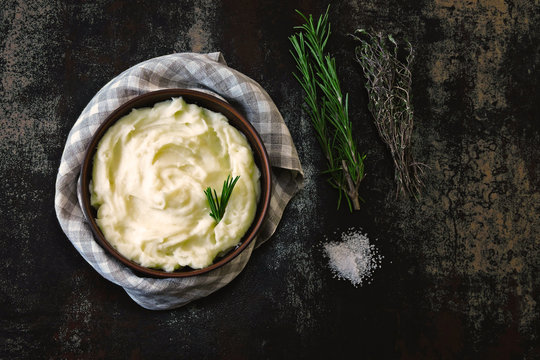 Warm mashed potatoes with aromatic herbs