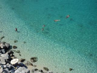 mare azzurro e sabbia bianca - la tua prossima vacanza estiva
