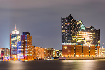 Ingelijste posters Theater The famous Elbphilharmonie and Hamburg harbor at night