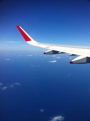 Flugzeugflügel in der Luft über dem Meer