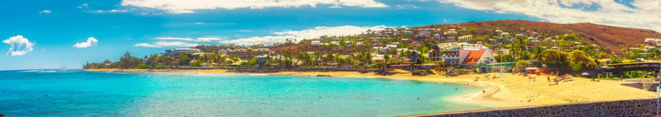 Panorama sur la plage des ''Roches Noires''  - Lieu touristique à Saint-Gilles - Île de La Réunion