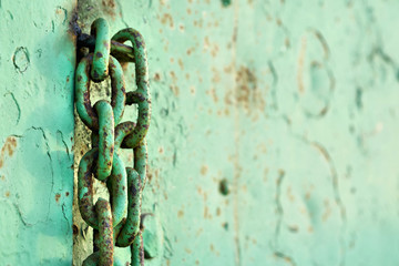 Kette an einer Stahltür auf einem verlassenen Firmengelände