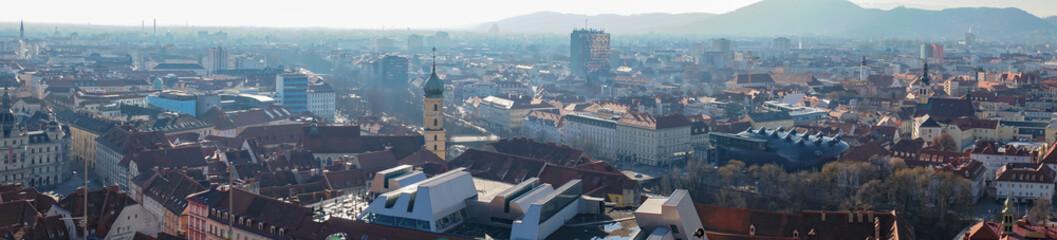 Panorama Sicht über die Stadt Graz in Österreich bei Sonnenschein zur Winterzeit