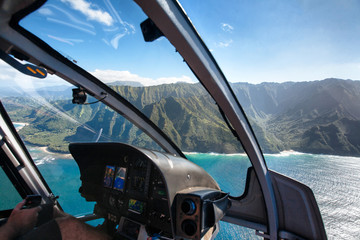 Foto auf Acrylglas Hubschrauber View of the Na Pali Coast from Helicopter Cockpit