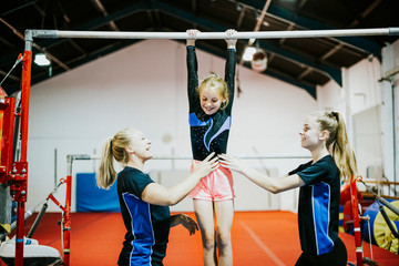 Foto op Textielframe Gymnastiek Young gymnast on a horizontal bar