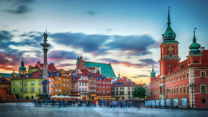 Fotobehang Centraal Europa Panoramic view on Royal Castle, ancient townhouses and Sigismund's Column in Old town in Warsaw, Poland. Evening view.