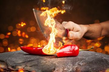 Spoed Foto op Canvas Kruiderij Brennende Chili-Schote zerteilt mit einem Messer