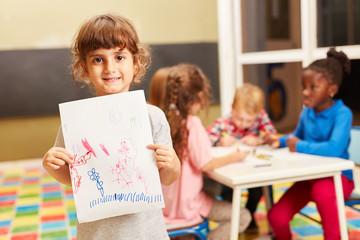 Mädchen zeigt eine Zeichnung voller Fantasie