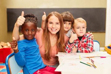 Kinder und Lehrerin als Freunde im Kindergarten