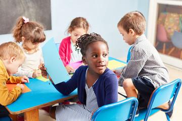 Gruppe Kinder beim Malen im Zeichenkurs