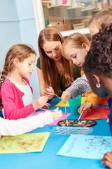 Kinder im Malkurs malen mit Wasserfarbe