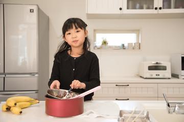 チョコバナナを作る女の子