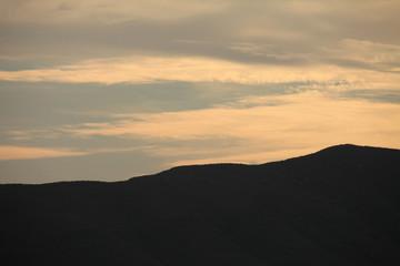 Tramonto arancione con silhouette di collina, Toscana,Italia
