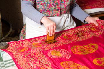 the female master, puts the drawings on kalagayi, Oriental, Turkish silk scarves