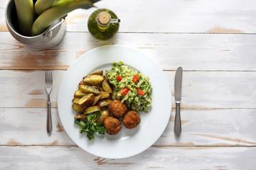 Fototapeta Pulpety warzywne z pieczonymi ziemniakami i surówka z białej kapusty. obraz