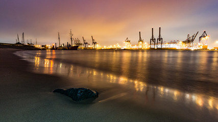 Abend an der Elbe in Hamburg, schöne Lichter