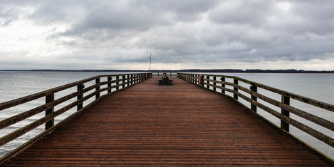 Seebrücke mit Holzbänken