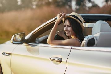 brunette driving cabrio Fototapete