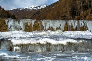 Torrente in inverno, cascate