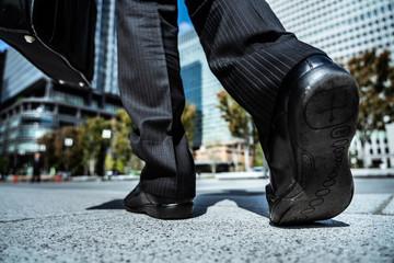 歩くビジネスマンの足