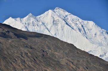 パキスタンのフンザ カリマバードから見た美しい山 ラカポシ峰と青空