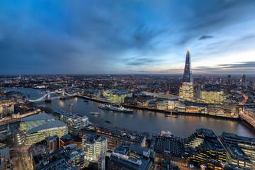 Die urbane Skyline von London nach Sonnenuntergang: von der Tower Bridge der Themse entlang zur City
