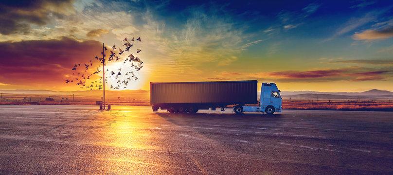 Camión y entrega de la mercancía.Concepto de transporte y logistica de envíos de paquetería.