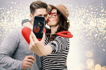 Junges Liebespaar macht ein Selfie von sich beim Küssen Date Valentinstag