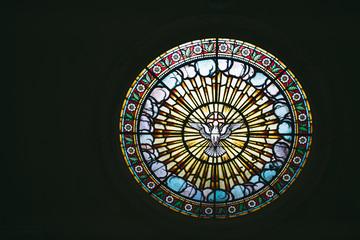 Vitrail en rosace dans une église
