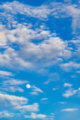 夕方の月と冬の青空