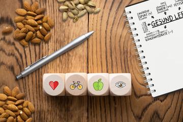 """Notizblock mit Plan für """"Gesundes Leben"""" auf Holzuntergrund"""