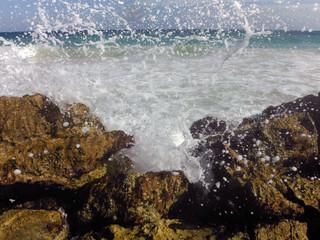 olas en rocas de mar